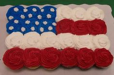 of July cupcakes. I have bought cupcakes like this for of July, but now I'm going to try and make them. Holiday Treats, Holiday Parties, Holiday Fun, Holiday Recipes, Holiday Foods, Holiday Desserts, Fun Desserts, Cupcake Flags, Cupcake Cakes