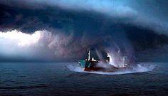 Fronte libero: Scienziati scoprono vortici spazio-temporali simili ai buchi neri nell'Oceano Atlantico Un team internazionale di scienziati ha scoperto dei vortici spazio-temporali che sono simili ai buchi neri, ma che si trovano sulla Terra. Secondo uno studio recente, i vortici si trovano nel Sud dell'Oceano Atlantico e agiscono similmente ai fenomeni cosmici dei buchi neri. I buchi neri sono regioni dello spazio-tempo in cui la gravità è abbastanza forte da impedire qualsiasi fuoriuscita,