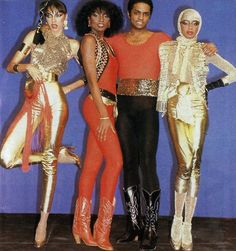 Era Disco: A Disco Music é um estilo musical que surgiu a partir da fusão de elementos como o soul, jazz, original funk e música latina. A origem do movimento Disco está no início dos anos 70, nas discotecas de Chicago, Nova York e Filadélfia. Como em qualquer movimento cultural , o vestuário trazia um simbolismo, uma mensagem. Com a disco, durante a Era do Brilho, as roupas e maquiagens glamourosas expressavam a alegria, a energia do espírito e a busca pela diversão.