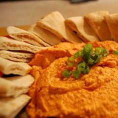 Roasted Red Pepper Hummus Everything goes into the food processor - garbanzo beans, tahini and lemon juice. Then roasted red peppers and basil. Chill and enjoy. My Recipes, Cooking Recipes, Favorite Recipes, Vitamix Recipes, Easter Recipes, Tzatziki, Paprika Hummus, Red Pepper Hummus, Recipes Appetizers And Snacks