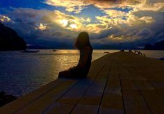 """""""Taking the time to gaze at the horizon while the sun break through the morning sky - truly magnificent!""""🌤 #sunrise #beautifulmorning #fridaymood #nikkinvadesElNido"""