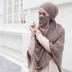 Hijab Gown, Hijab Niqab, Hijab Outfit, Beautiful Muslim Women, Beautiful Hijab, Niqab Fashion, Fashion Outfits, Womens Fashion, Islamic Girl