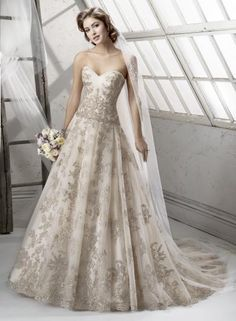 Sottero&Midgley GARLAND - Úžasná čipka vyšívaná kovovým vláknom a zvýraznená Swarovski kamienkami a flitrami zdobí tieto romantické svadobné šaty s predĺženým živôtikom a princeznovskou sukňou.