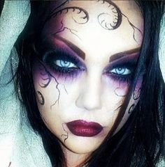 Are you looking for inspiration for your Halloween make-up? Check out the post right here for creepy Halloween makeup looks. Beautiful Halloween Makeup, Halloween Eye Makeup, Halloween Eyes, Halloween Party, Purple Halloween, Gorgeous Makeup, Spirit Halloween, Halloween Makeup Vampire, Halloween Contacts