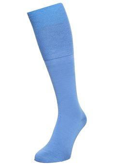 ¡Consigue este tipo de calcetines hasta la rodilla de Falke ahora! Haz clic para ver los detalles. Envíos gratis a toda España. Falke AIRPORT Calcetines hasta la rodilla blue: Falke AIRPORT Calcetines hasta la rodilla blue Ropa   | Material exterior: 60% lana, 23% algodón, 15% poliamida, 2% elastano | Ropa ¡Haz tu pedido   y disfruta de gastos de enví-o gratuitos! (calcetines hasta la rodilla, knee, rodillas, kniestrümpfe, calcetas deportivas, chaussettes aux genoux, calzini al ginocch...