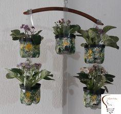 Móbile de garrafas pet para colocar flores.