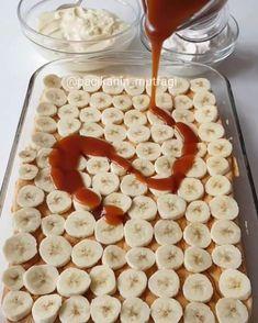 Hayırlı geceler 🙂 Bu efsane tarifi denemelisiniz 🤩 Nefis bir pandispanya yumuşacık sünger gibi üzerinde bolca muz dilimleri harika ev yapımı karamel sos ve ipeksi dokusuyla yok gibi kreması 😌 Öyle hafif öyle lezzetli ki damaklardan silinmeyecek cinsten 😋 Karamelli muzlu kremalı kek Kek için; 5 yumu... Turkish Recipes, Food Hacks, Cake Recipes, Bakery, Food And Drink, Cooking Recipes, Yummy Food, Sweets, Snacks