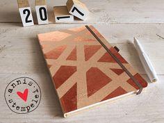 taschen-/buchkalender für das jahr 2017, in deutscher und englischer sprache.  entworfen und gestaltet mit herz und hand: mit grafischen flächen in kupfer.   der kalender ist aus...