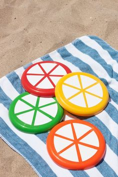 DIY Citrus Slice Frisbees - RedSolid Color Red, Orange, Yellow & Green Frisbees (I used these) White Outdoor Adhesive Vinyl Die-Cut Machine or Scissors Beach Crafts, Summer Crafts, Summer Fun, Cool Diy Projects, Vinyl Projects, Easy Games For Kids, Crafts To Make, Diy Crafts, Western Parties