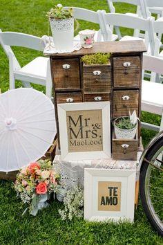 Una manera super original de incorporar los dos idiomas en la boda de Mr. and Mrs. Smith. Summerhill Pyramid Winery. Foto: Rachel Peters Photography.