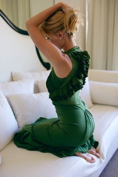 Gorgeous detailed emerald dresses as a bridesmaid dress. Cool Street Fashion, Look Fashion, High Fashion, Fashion Beauty, Street Style, Green Fashion, Fashion News, Fashion Models, Fashion Shoes