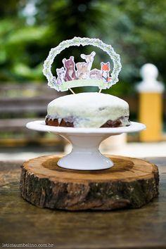 Bolo simples com topo de bolo de bichinhos feito em papel. Foto: Leticia Umbelino