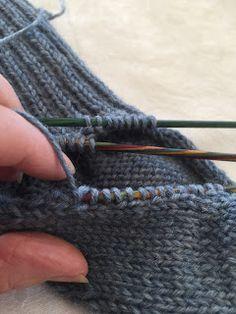 Hjemmelaget: Sokker med gammaldags hælfelling. ( oppskrift) Knitting Socks, Knit Socks, Knitting Projects, Fingerless Gloves, Arm Warmers, Diy And Crafts, Crochet, Pattern, Ainsi