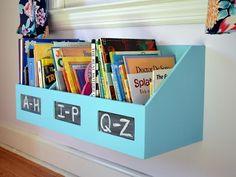 Organização de livros no quarto infantil