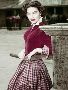 Ava Gardner no set de Lone Star, 1951 Jean Harlow, Divas, Rita Hayworth, Vintage Glamour, Vintage Beauty, Classic Hollywood, Old Hollywood, Hollywood Stars, Hollywood Icons