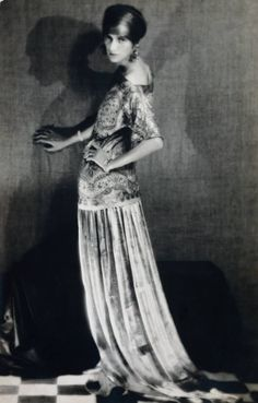 Peggy Guggenheim by Man Ray. Although not an artist herself Peggy Guggenheim was a great patron of the arts. Peggy Guggenheim, Paul Poiret, Mark Rothko, Jackson Pollock, Look Vintage, Vintage Photos, Vintage Glam, Vintage Beauty, Antique Pictures