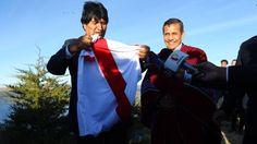 Morales agradeció a por Humala respaldo en demanda marítima y este le obsequió camiseta de Perú