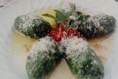 Gli strangolapreti sono un ricco piatto tipico della cucina Trentina, dei gustosi gnocchi di pane, spinaci, uova e grana, generalmente serviti con burro fuso e salvia.