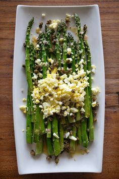 ROASTED ASPARAGUS with SHALLOT VINAIGRETTE, CRISPY-FRIED CAPERS & EGG [honestlyyum]
