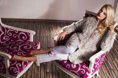 """Jesienno-zimowy płaszcz, typu """"włochacz"""" doskonale podkreśli wyjątkowy styl każdej modnej kobiety. Boczne kieszenie stanowiące niezbędny element płaszcza, zostały zaprojektowane z dbałością o fantazyjny szczegół."""