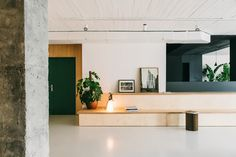 This Barcelona co-working space by MESURA is a delightful expression of what can be achieved when combining simple design elements and good space planning. Showroom Design, Coworking Space, Building Columns, Black Painted Walls, Leather Butterfly Chair, Luxury Office, White Concrete, Interior Decorating, Interior Design