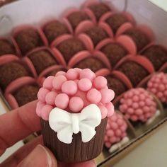 Vasinho de chocolate com bicho de pé . Chocolate Fondant, Chocolate Truffles, Logo Patisserie, Decoration Patisserie, Mini Cakes, Just Desserts, Cake Pops, Sweet Recipes, Cake Decorating