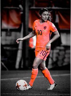 Daniëlle van de Donk voetballend bij het Nederlands elftal #daniëlle #van #de #donk #10 #soccer #women #dutch #oranjeleeuwinnen #nederlandselftal