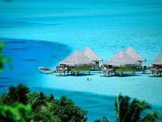タヒチ ボラボラ島 ハネムーンにも人気の水上バンガローは、魚たちが泳ぐ綺麗な海の中に。夢の世界。