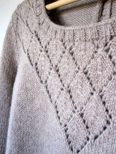 Ravelry: FlavieB's Pull presque SessúnPull (presque) Sessun by Clm Free pattern Knitting Stitches, Free Knitting, Knitting Sweaters, Ravelry, How To Purl Knit, Crochet Yarn, Knitting Patterns, Sweater Patterns, Knitting Projects