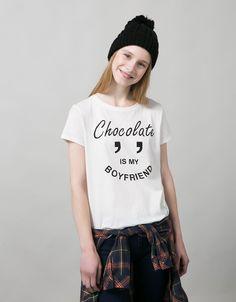 T-shirt BSK com texto. Descubra esta e muitas outras roupas na Bershka com novos artigos cada semana