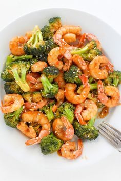 Ready in under 20 minutes, this #healthy Sriracha Shrimp and Broccoli is sure to spice up your mealtime.