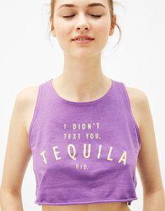 Un look branché avec les tee-shirts femme de l'été 2017 chez Bershka. Tee-shirts imprimés, à épaules dénudées, brodés ou fleuris pour sortir en soirée.