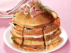 La ricetta facile e sfiziosa per preparare un panettone gastronomico spettacolare farcito con 3 golose mousse, salmone affumicato, prosciutto crudo e cotto.