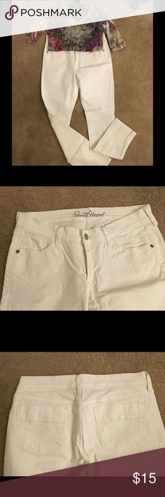 """Old Navy Sweetheart White Jeans Like new Old Navy Sweetheart style white jeans.  Silver button and grommets.  Length 30"""" and leg opening at bottom 6 1/4"""".  98% Cotton, 2% Spandex. Old Navy Jeans"""