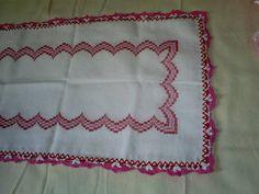Caminho de mesa bordado em ponto reto, contornado com bicos de crochê. Temos para pronta entrega. Tamanho: 1,40 x 40cm R$ 49,00