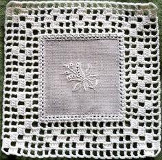 easy-to-Quadrat-bestickte Spitze Motive Filet Crochet, Crochet Motifs, Crochet Quilt, Crochet Tablecloth, Crochet Squares, Love Crochet, Crochet Gifts, Irish Crochet, Crochet Doilies