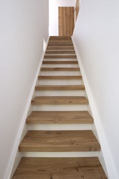 Beukers vloeren heeft vele mogelijkheden om uw trap te bekleden. De trap is gemaakt van eiken hout in een white wash afwerking.