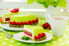 Торт с желе из клубники и мушмулы и муссом из йогурта