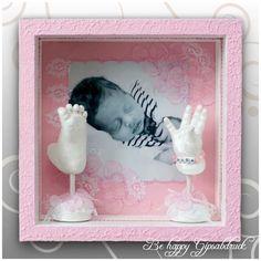 Handabdruck & Fußabdruck Baby auf Säulen im rosa Bilderrahmen mit rosa-weißer Spitze von Ivana Irmscher Be happy Gipsabdruck Fürth, www-be-happy-gipsabdruck.de