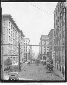 8th Street       Description:Looking east along 8th from Washington. Shows 8th Street Tunnel entrance with streetcars. Date:1919 Kansas City, MO