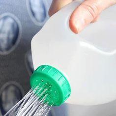 Um regador reciclado, uma boa idéia para aquelas embalagens de produtos de limpeza ou amaciante de roupas.