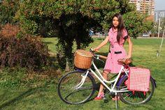 www.velochic.cl Bicicleta aro 26 canasto de mimbre alforja doble fotografa Daniela Norambuena