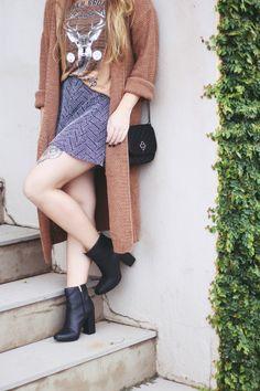 Look de Outono: Short Hotpants confortável com uma camiseta e chapéu. O estilo boho e folk exige uma bota preta com salto alto para complementar o look. A bota é da Petite Jolie e deixou tudo com mais personalidade!