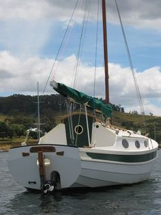 Fast sailing cabin yacht home made from plans from Fyne Boat Kits. Wooden Boat Building, Boat Building Plans, Boat Plans, Make A Boat, Build Your Own Boat, How To Build Abs, Small Sailboats, Boat Kits, Naval