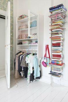 Weinig ruimte voor een kledingkast? Hier heb je maar 30cm achter de deur nodig. Oude keukenkastje wat stangen eronder en je hebt een mooie kledingkast.