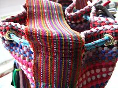 marymerche: alfombra = bolso Friendship Bracelets, Macrame, Weaving, Fashion, Canvas, Pom Poms, Rugs, Embroidery, Sewing