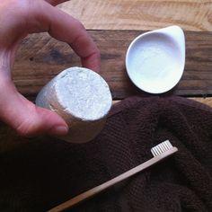 ma recette de dentifrice solide maison. très facile et super ! Argile verte, huile de coco, huile essentielle de menthe, ...