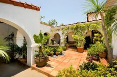 Spanish style homes – Mediterranean Home Decor Mexican Courtyard, Spanish Courtyard, Mexican Hacienda, Spanish Garden, Spanish Colonial Homes, Spanish Style Homes, Spanish House, Boho Glam Home, Hacienda Style Homes