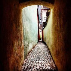 Strada Sforii, #narrowest #street in #europe || #brasov #romania #transilvania #stradasforii #traveling #easteurope #loveromania #stradă #transylvania #narrow #alley || #miedordetine #dragamea  @giorgio_r86