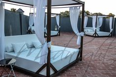 Balinese beds on Upper terrace / Camas balinesas en la terraza superior